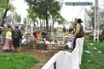 Rromi in cimitir la Pastele blajinilor din Tecuci
