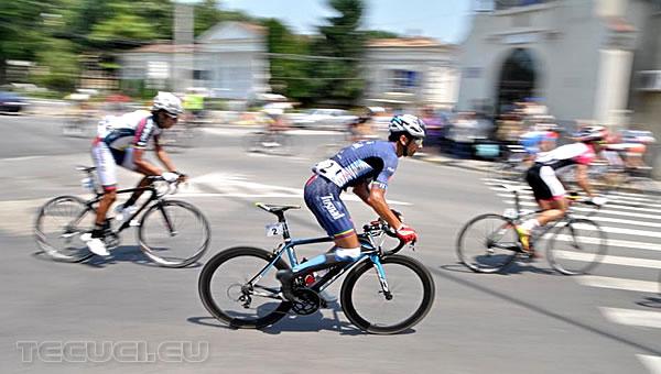 Ciclisti ce au participanti la Turul Romaniei pedaleaza prin Tecuci