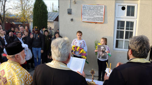 Locuitorii din satul Podoleni, comuna Barcea, știu să-și omagieze eroii-5